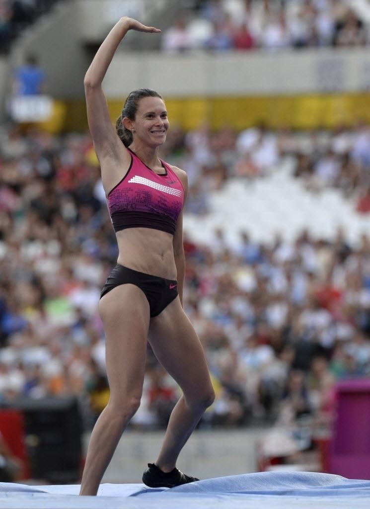 26.jul.2013 - Brasileira Fabiana Murer acena após competir no salto com vara na Liga de Diamante de Londres; ela ficou com o bronze após marcar 4,63, enquanto a vencedora Yarisley Silva, de Cuba, saltou 4,83 m e anotou o recorde da competição