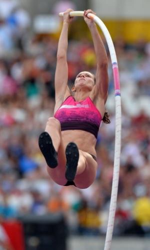 26.jul.2013 - Brasileira Fabiana Murer compete no salto com vara na Liga de Diamante de Londres; ela ficou com o bronze após marcar 4,63, enquanto a vencedora Yarisley Silva, de Cuba, saltou 4,83 m e anotou o recorde da competição
