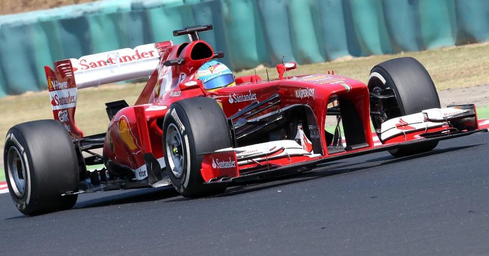 26.jul.2013 - Fernando Alonso conduz sua Ferrari pela pista de Hungaroring durante os treinos livres para o GP da Hungria