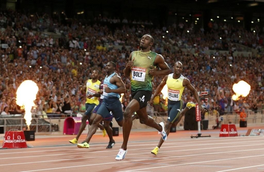 26.jul.2013 - Fogos de artifício são exibidos no Estádio Olímpico de Londres durante vitória de Usain Bolt nos 100 m rasos da Liga de Diamante