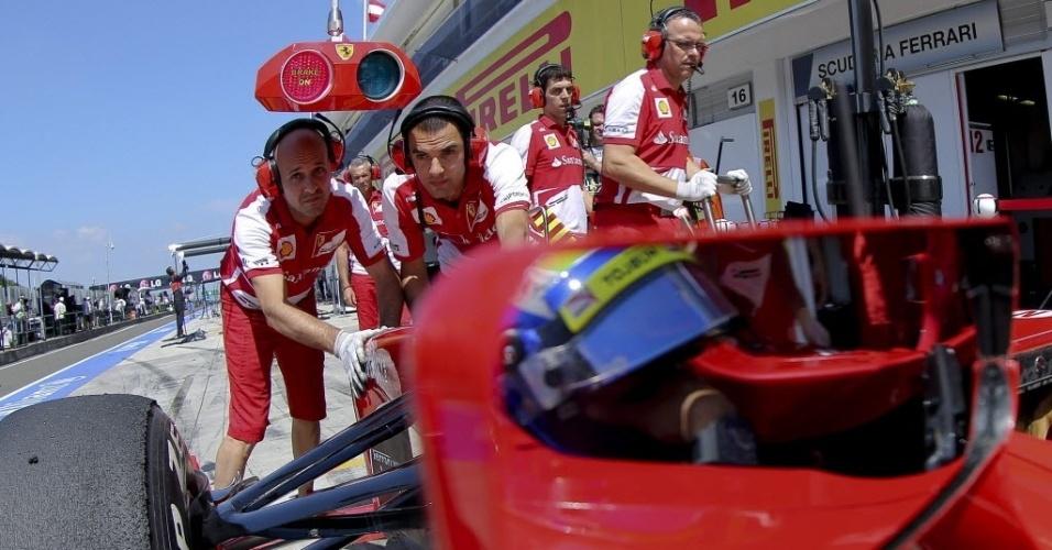 26.jul.2013 - Mecânicos da Ferrari empurram carro de Felipe Massa nos boxes do circuito de Hungaroring durante treinos livres para o GP da Hungria