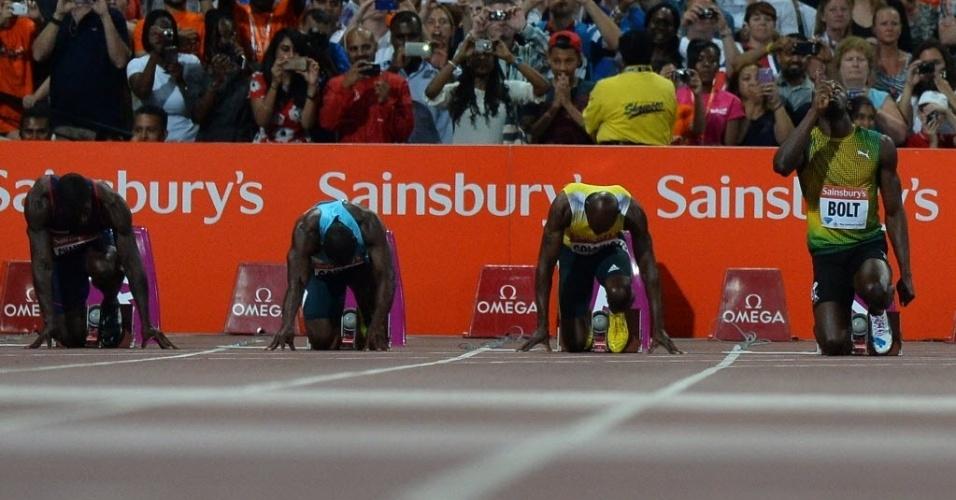 26.jul.2013 - Usain Bolt se prepara antes da largada dos 100 m rasos na Liga de Diamante em Londres; jamaicano venceu com 9s85