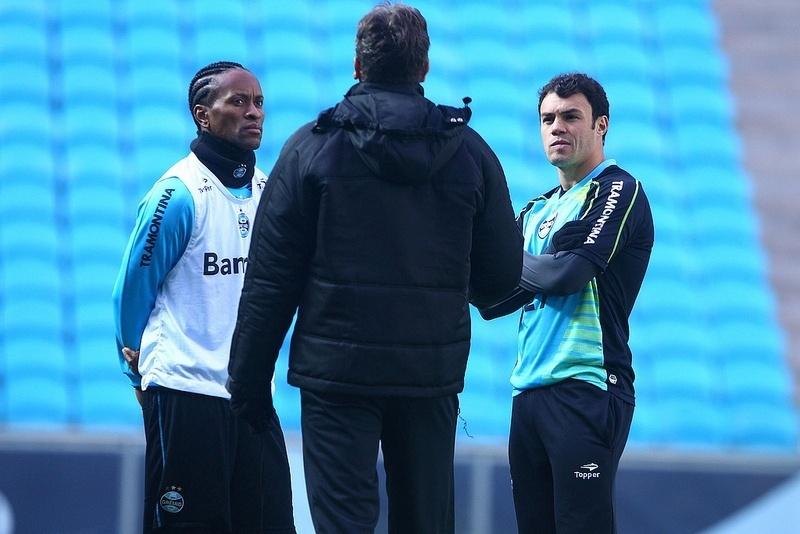 Renato Gaúcho conversa com Zé Roberto (e) e Kleber (d) em treino do Grêmio