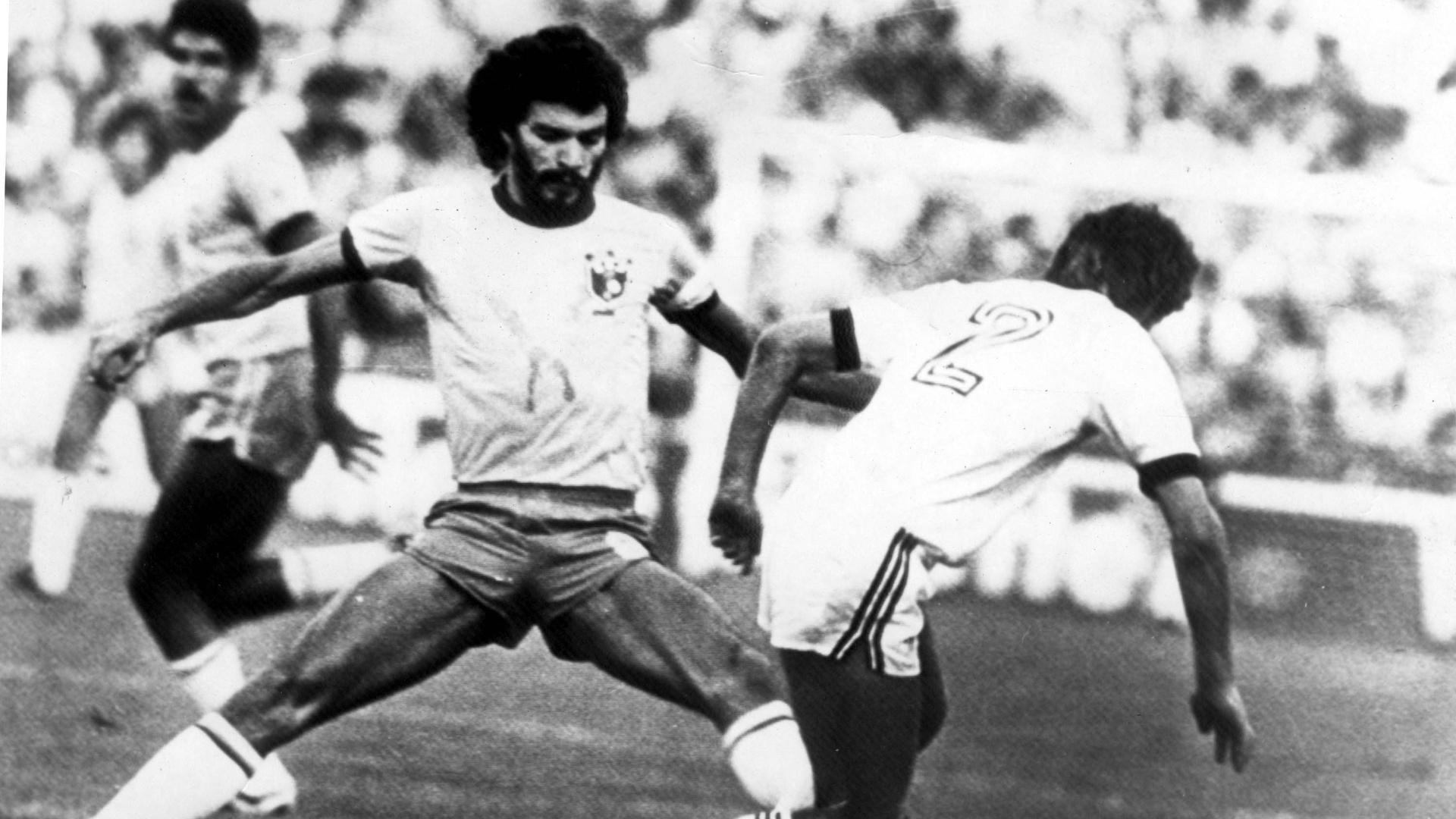 Sócrates, capitão da seleção brasileira, tenta marcar um jogador da Nova Zelândia, pela primeira fase da Copa do Mundo de 1982