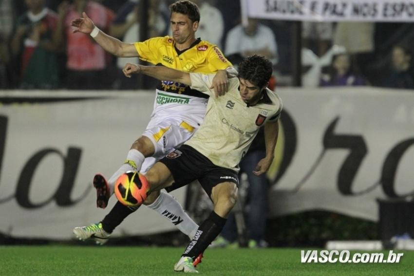 27-07-13 - Juninho Pernambucano disputa bola na partida contra o Criciúma, em jogo válido pela 9ª rodada do Campeonato Brasileiro