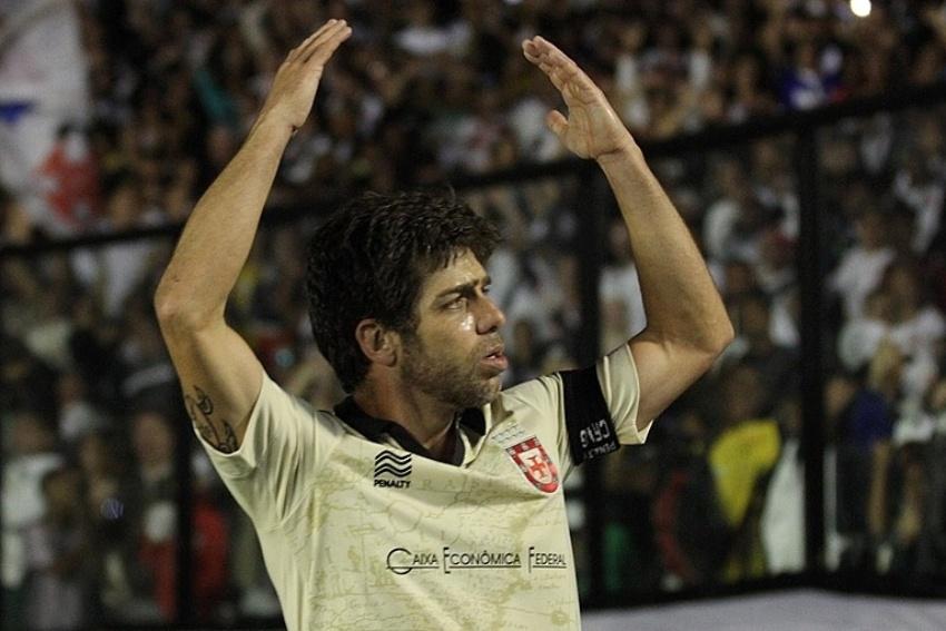 27-07-2013 - Juninho Pernambucano comemora com a torcida a sua boa atuação no retorno a São Januário