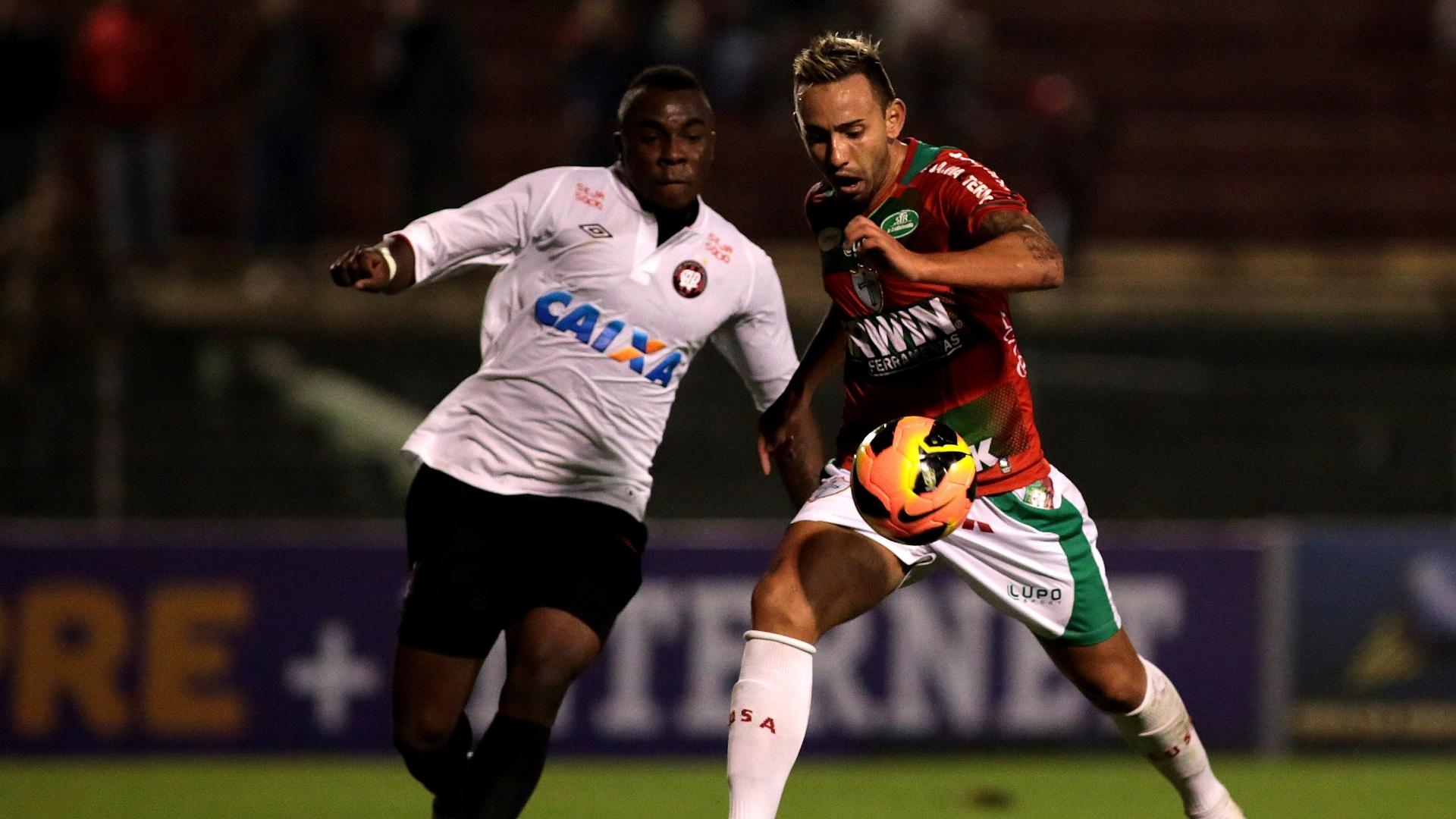 Manoel, do Atlético-PR, e Cañete, da Portuguesa, disputam lance na vitória do time paranaense