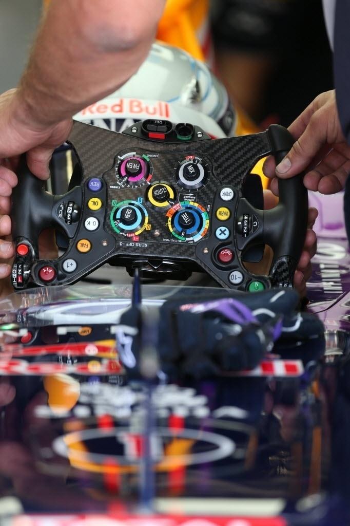 Vettel se prepara para iniciar treino oficial de sábado, na Hungria