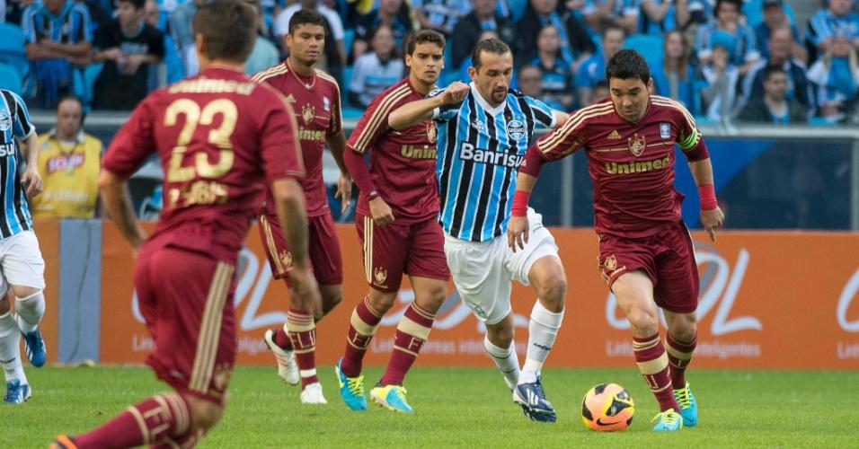 Barcos e Deco disputam jogada no duelo entre Grêmio e Fluminense