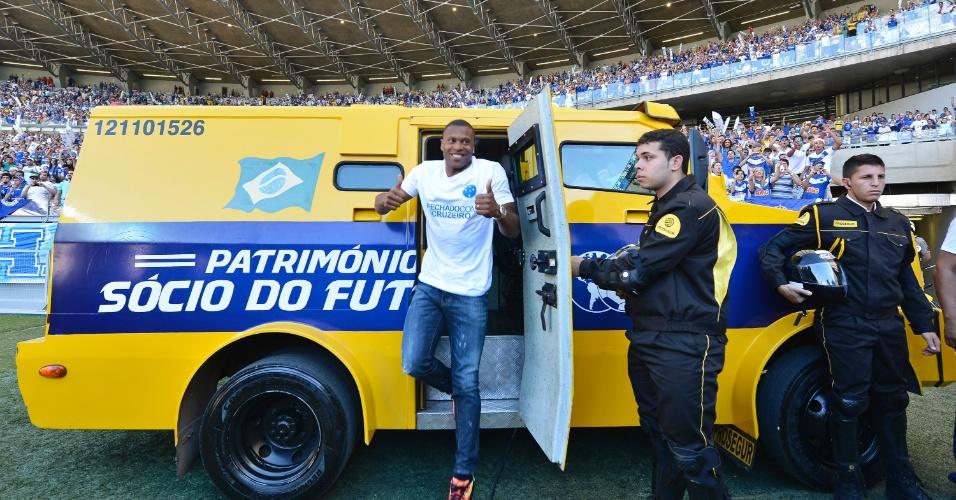 Júlio Baptista chegou ao Mineirão de carro-forte para ser apresentado à torcida do Cruzeiro