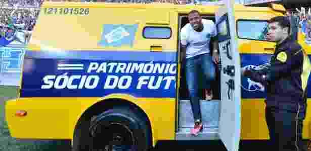 Julio Baptista é apresentado pelo Cruzeiro dentro de carro forte, antes do clássico - Juliana Flister/VIPCOMM