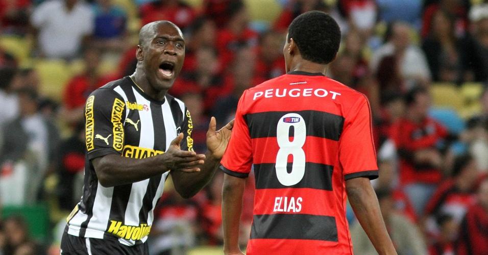 Observado por Elias, Seedorf grita com companheiros do Botafogo durante clássico com Flamengo