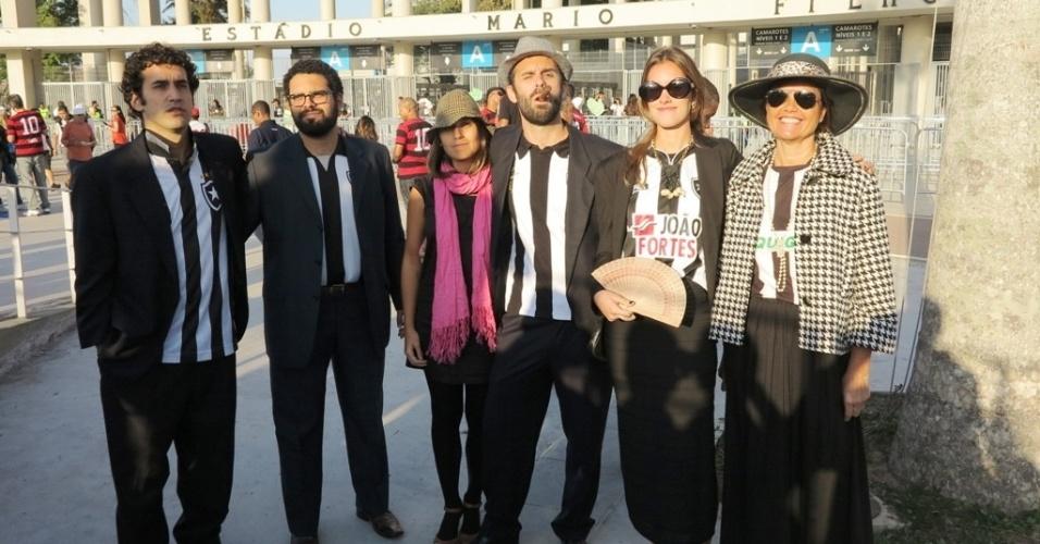 Torcidas de Bota e Fla protestaram com terno e gravata antes de jogo no Maracanã