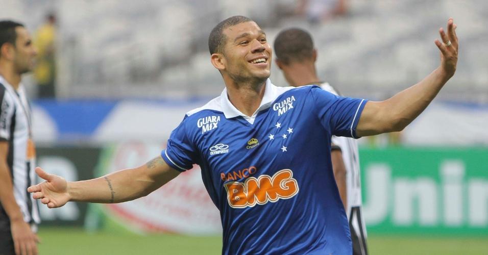 Volante Nilton anotou o terceiro gol celeste no Mineirão