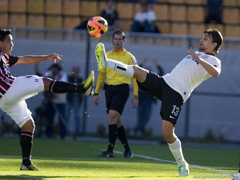 28.07.2013 - Paulo André, zagueiro do Corinthians, disputa uma bola pelo alto com Jadson, do São Paulo