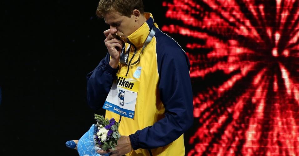 29.jul.2013 - Cesar Cielo beija medalha de ouro conquistada nos 50 m borboleta no Mundial de Barcelona
