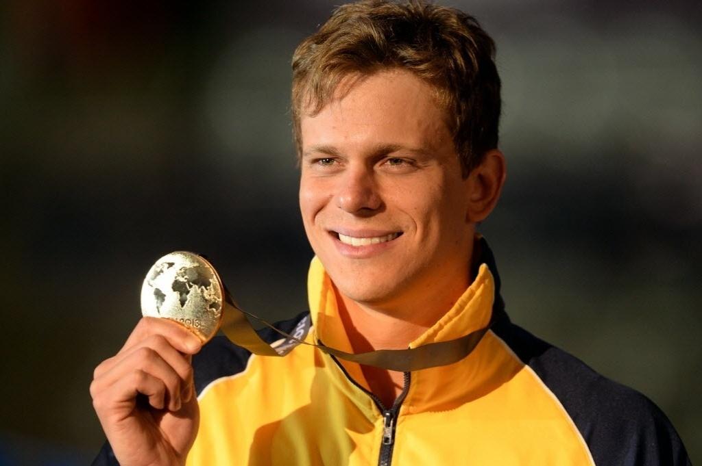 29.jul.2013 - Cesar Cielo exibe a medalha de ouro conquistada nos 50 m borboleta no Mundial de Barcelona