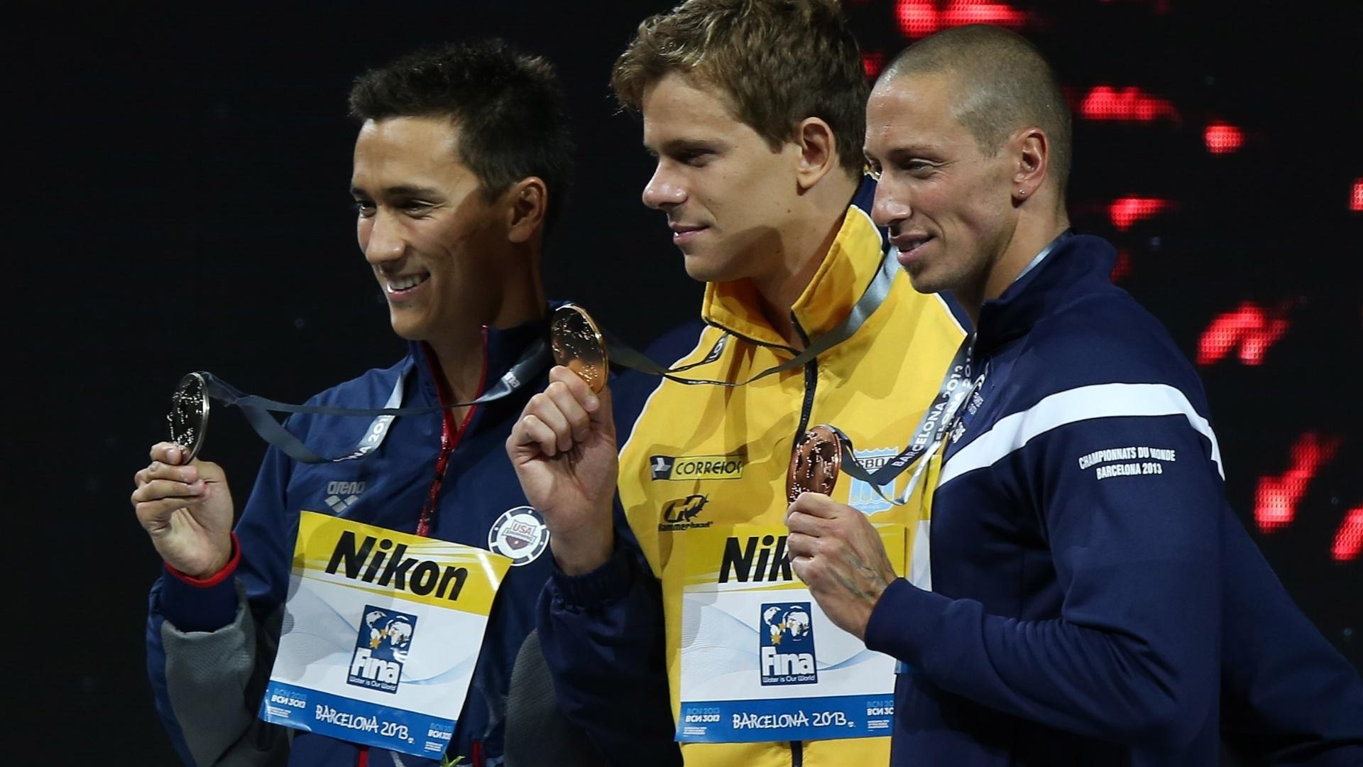 29.jul.2013 - Cesar Cielo posa com medalha de ouro nos 50 m borboleta ao lado do segundo colocado, o norte-americano Eugene Godsoe (e), e do francês Frederick Bousquet, que ficou com o bronze