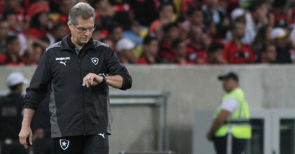 Oswaldo de Oliveira observa relógio durante clássico entre Botafogo e Flamengo no Maracanã
