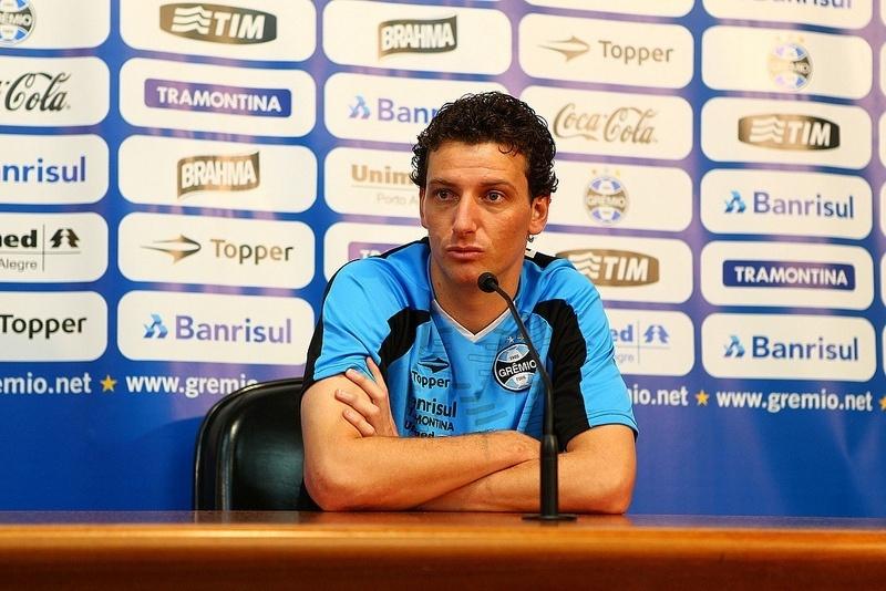 Elano, meia do Grêmio, concede entrevista coletiva no Olímpico (30/07/2013)