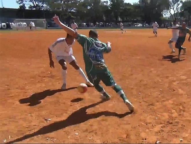 Inajar de Souza, do Jardim Cachoerinha, venceu por 2 a 1 o Leões da Geolândia, da Vila Medeiros (de verde)