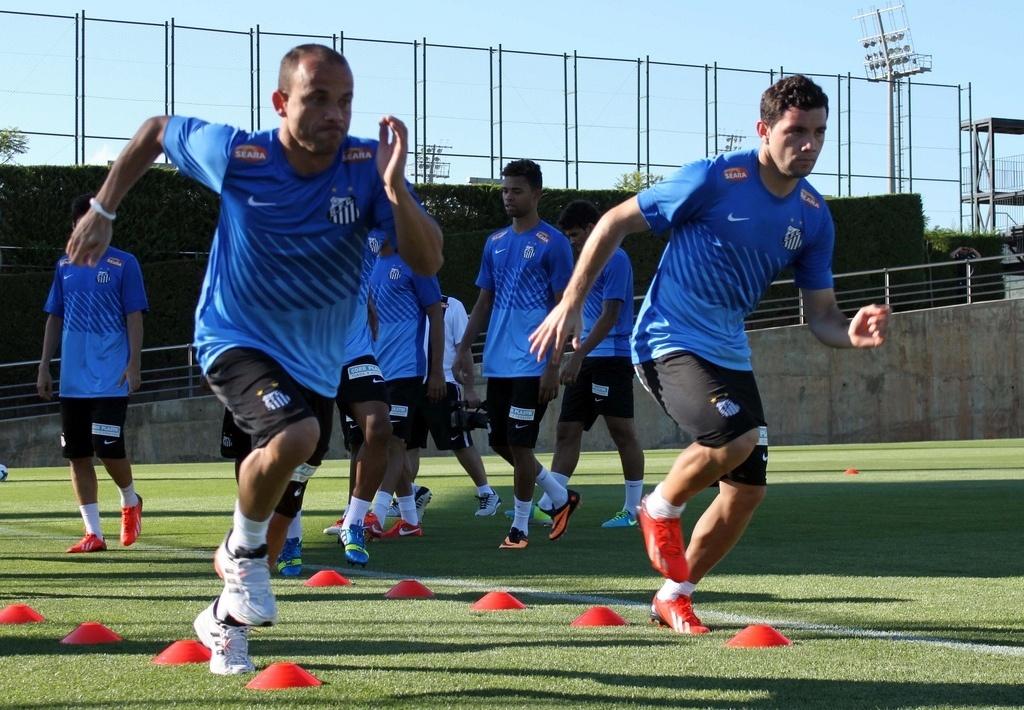 Léo e Eugênio Mena, que disputam posição na lateral esquerda, treinam na Espanha