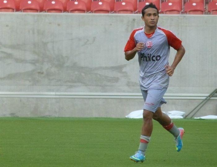 O meia Angelo Peña realiza um treino pelo Náutico