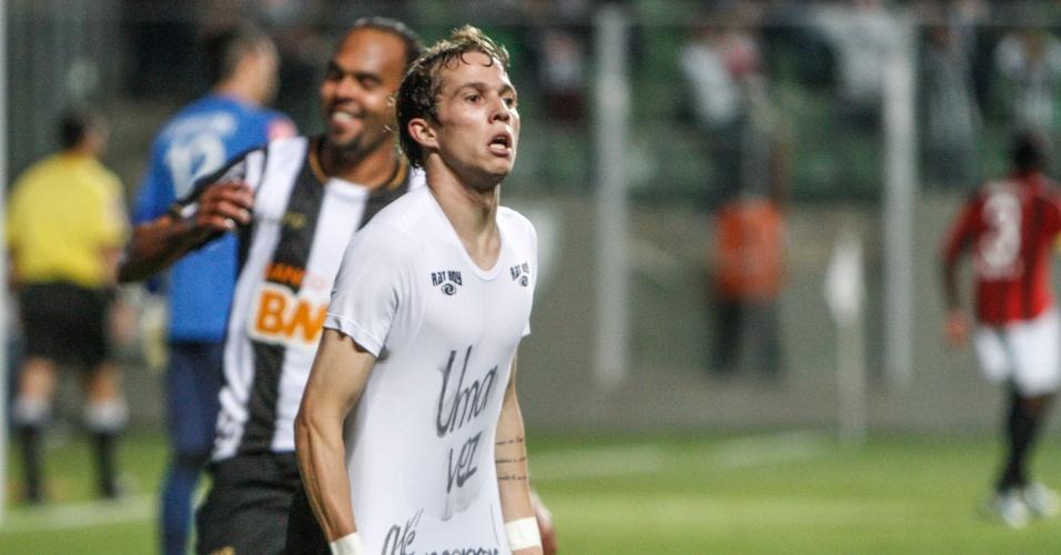 31 jul 2013 - Bernard faz o gol, levanta a camisa para mostrar o escrito em sua camiseta e acaba expulso