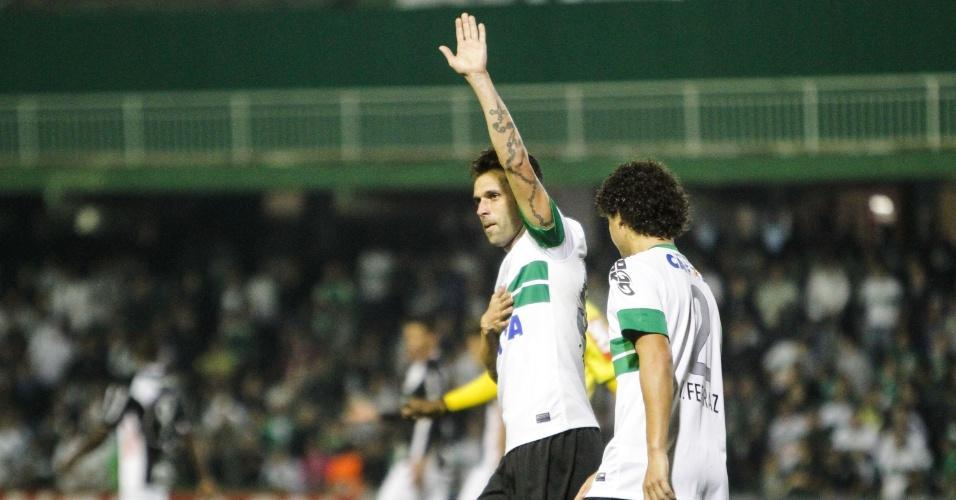 31.07.13 - Lincoln comemora um de seus dois gols pelo Coritiba contra a Ponte Preta