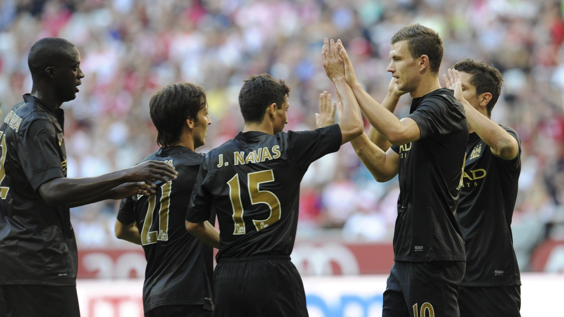 31.jul.2013 - Atacante Dzeko comemora com os companheiros seu gol pelo Manchester City contra o Milan na Audi Cup