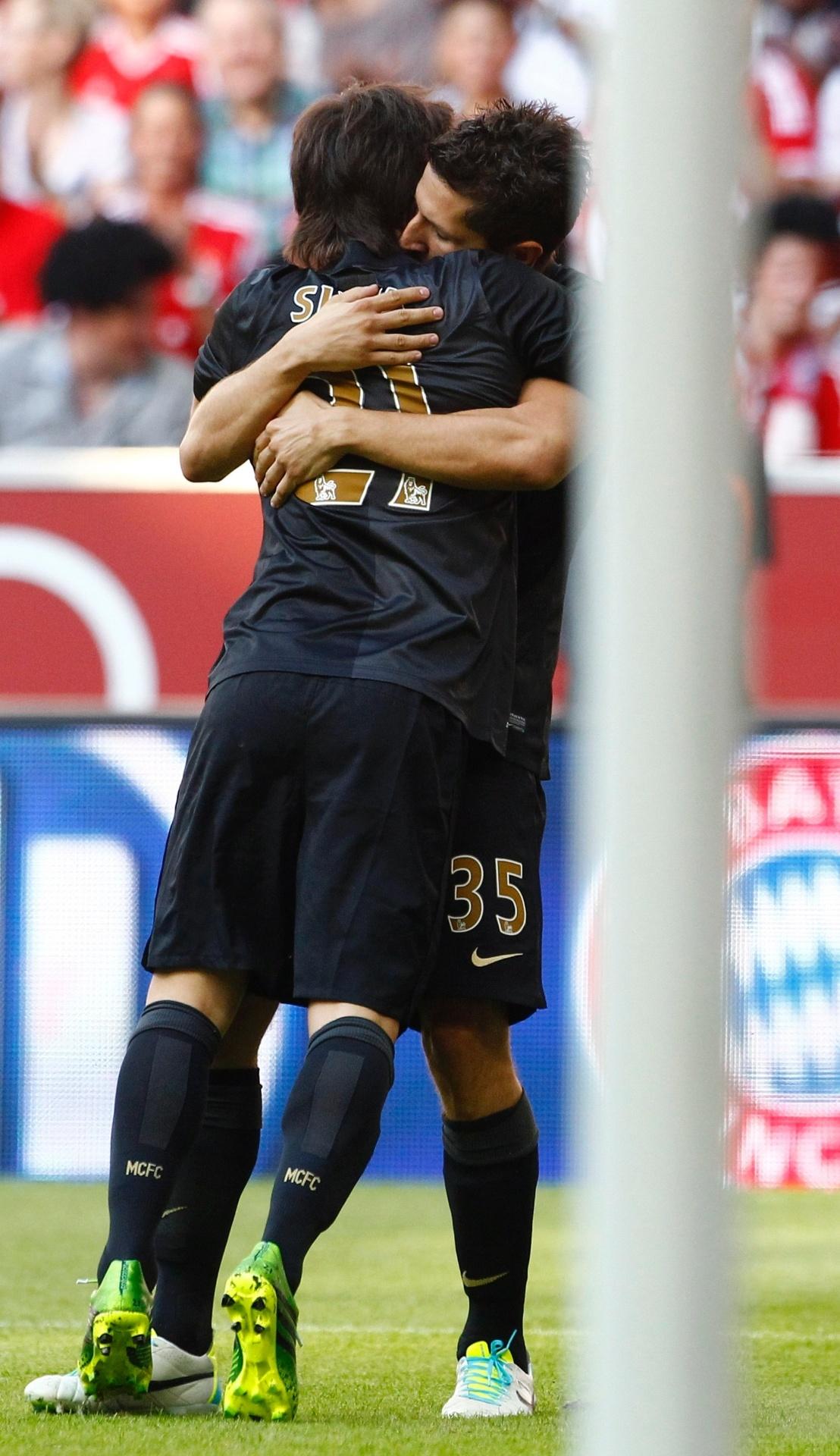 31.jul.2013 - David Silva comemora seu gol com Jovetic na partida contra o Milan na Copa Audi