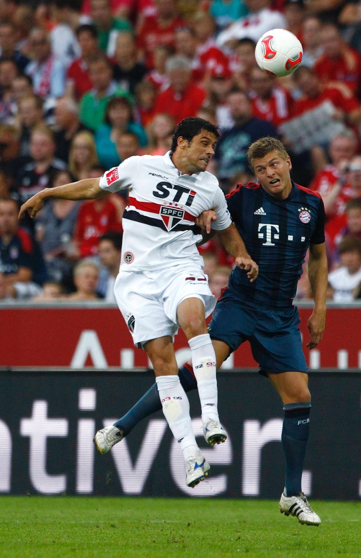 31.jul.2013 - Fabrício e Toni Kroos sobem para disputar a bola pelo alto durante a partida entre Bayern e São Paulo