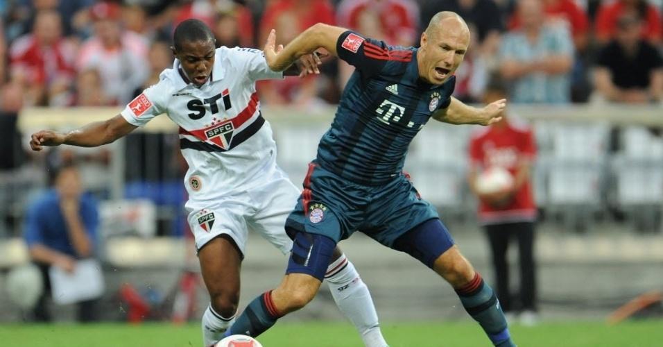 31.jul.2013 - Wellington, do São Paulo, e Robben, do Bayern de Munique, brigam pela bola em jogo válido pela Copa Audi