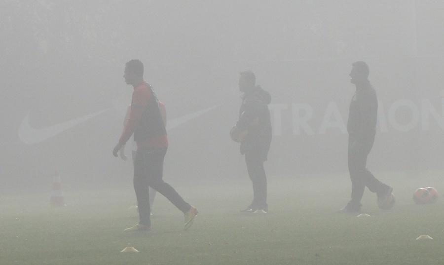 Centroavante Leandro Damião treino sob forte neblina sob o olhar do técnico Dunga no CT do Internacional (31/07/2013)