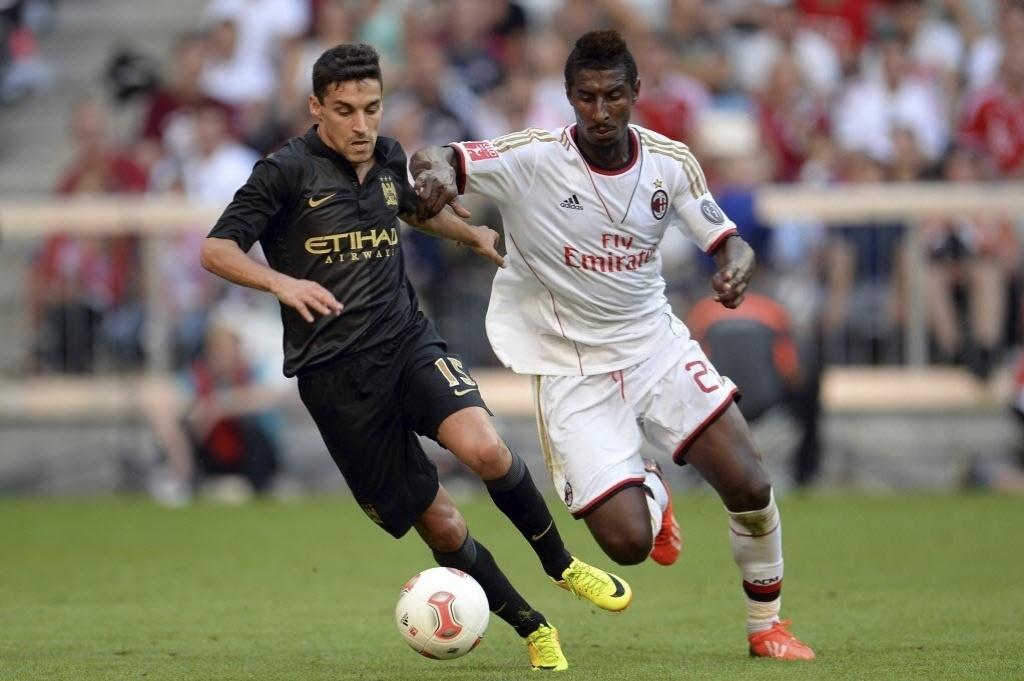 31.jul.2013 - Jesús Navas, (à esquerda), do Manchester City, disputa bola com o jogador do Milan, Kevin Constant