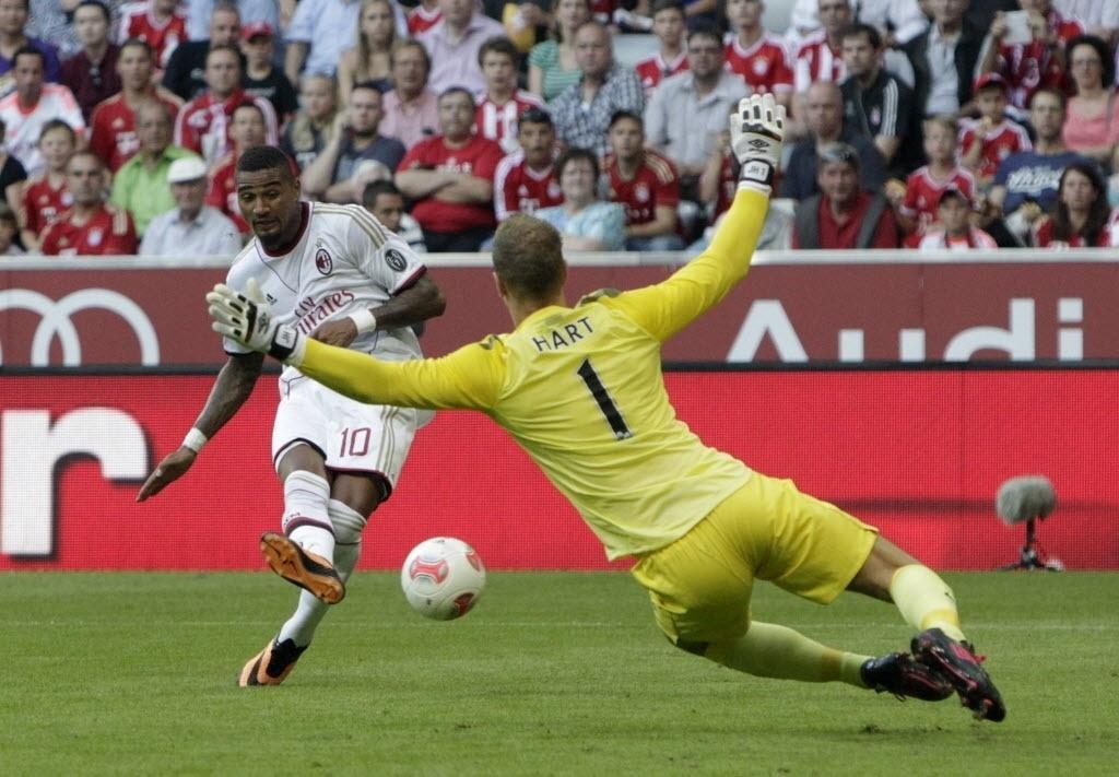 31.jul.2013 - Kevin-Prince Boateng , do Milan, finaliza em frente ao goleiro Hart no duelo contra o Manchester City