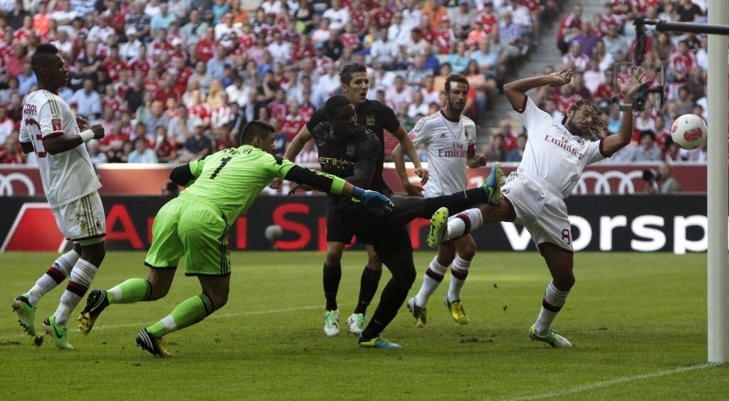 31.jul.2013 - Micah Richards, do Manchester City, finaliza para o gol do time inglês no duelo contra o Milan