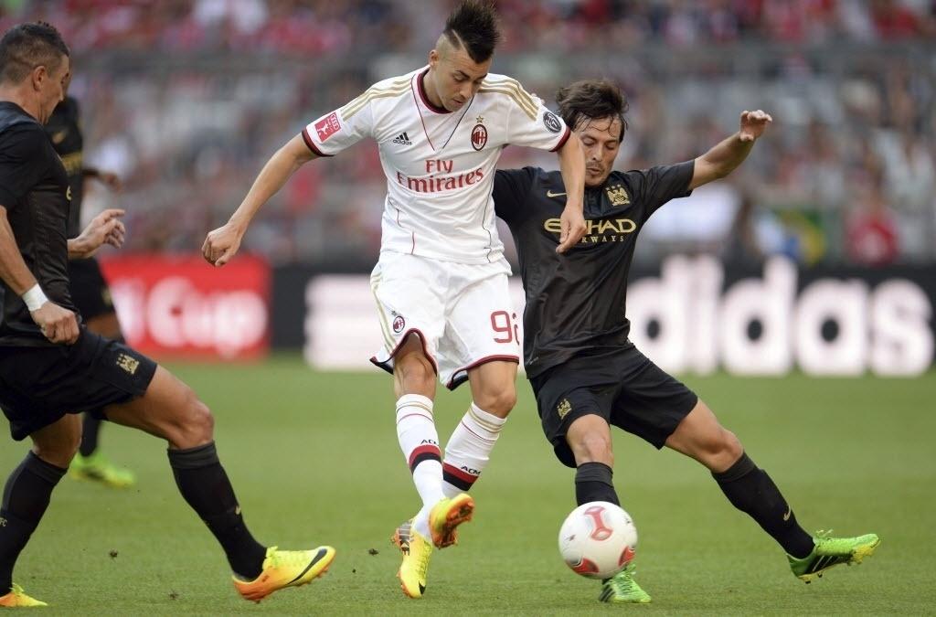 31.jul.2013 - Stephan El Shaaraw (esq.) disputa bola com o espanho David Silva no amistoso realizado na Alemanha