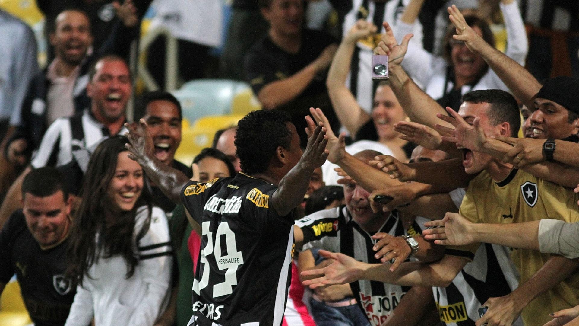 01.08.2013 - Elias vai comemorar com a torcida o segundo gol da vitória do Botafogo no Maracanã