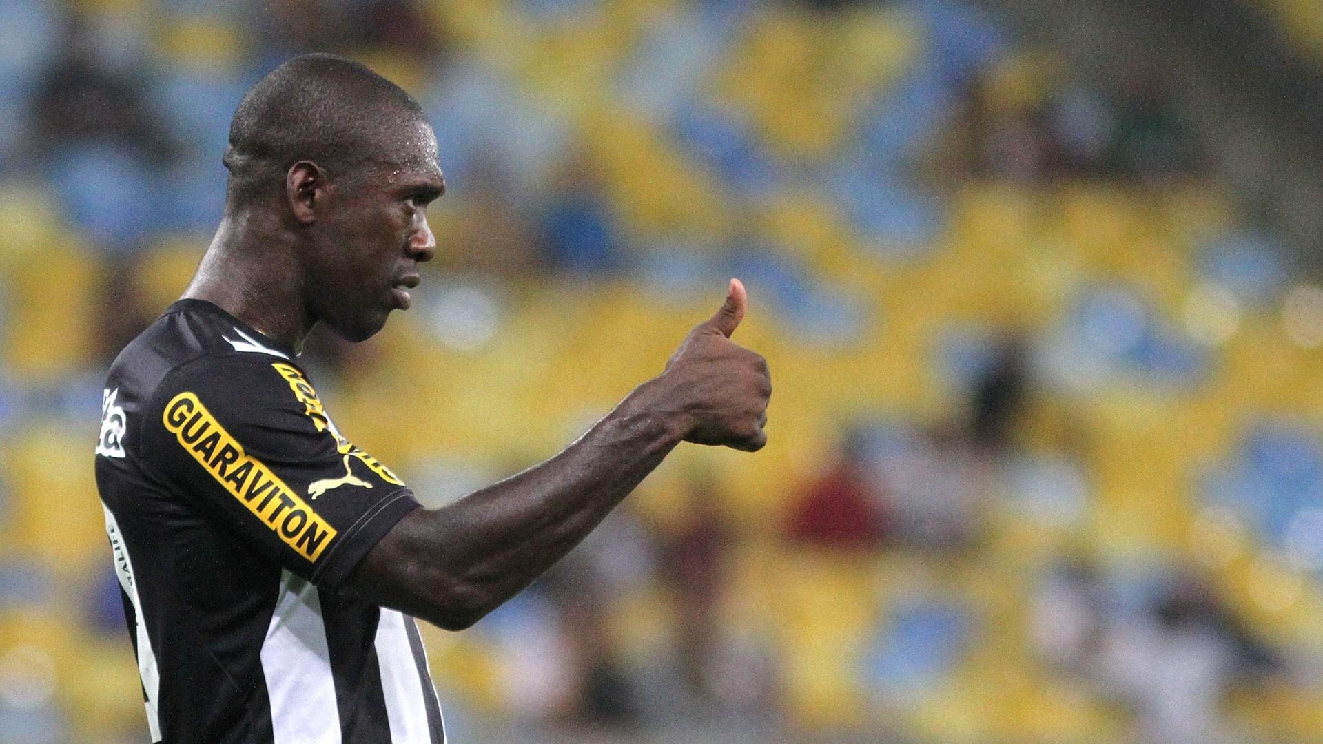 01.08.2013 - Seedorf faz sinal de positivo. Meia deu duas assistências durante partida do Botafogo