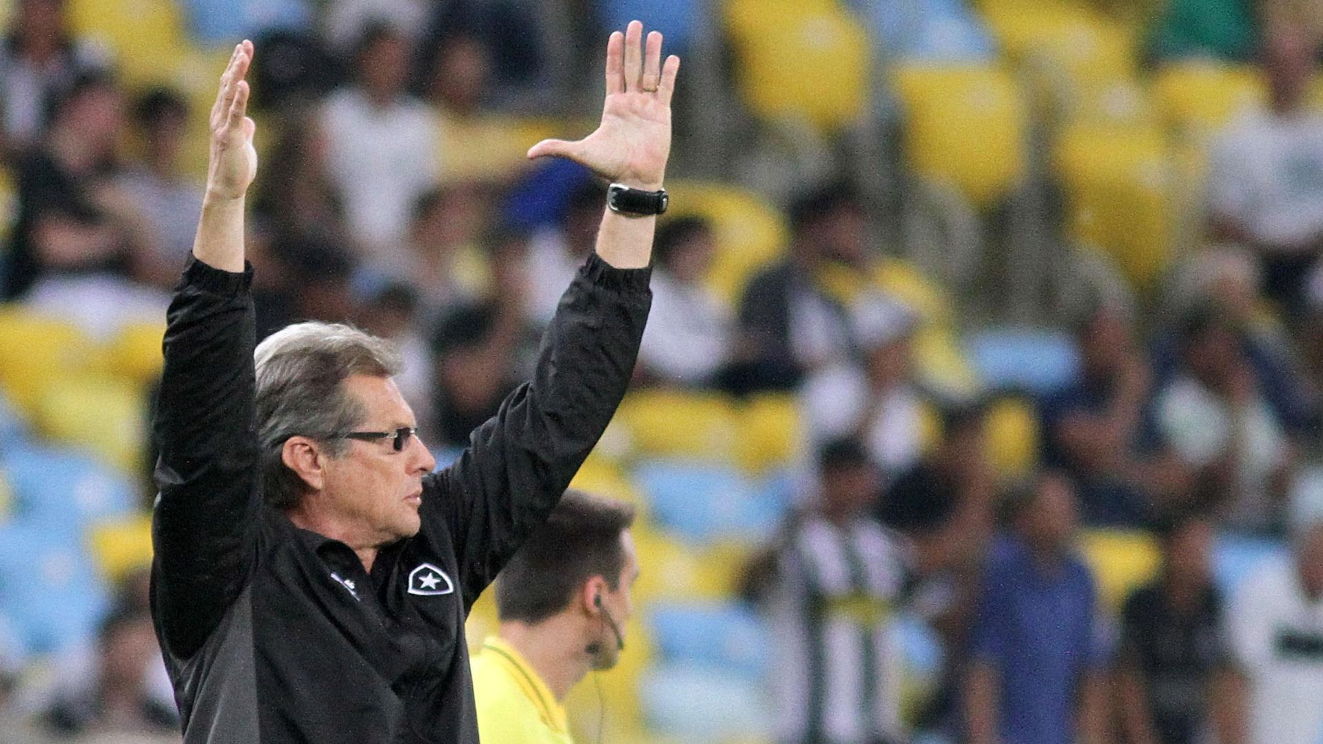 01.08.2013 - Técnico Osvaldo de Oliveira dá instruções durante a partida entre Botafogo e Vitória pelo Brasileirão