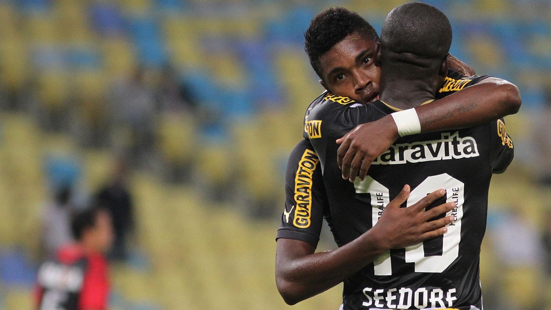 01.08.2013 - Vitinho e Seedorf se abraçam na comemoração do gol do Botafogo