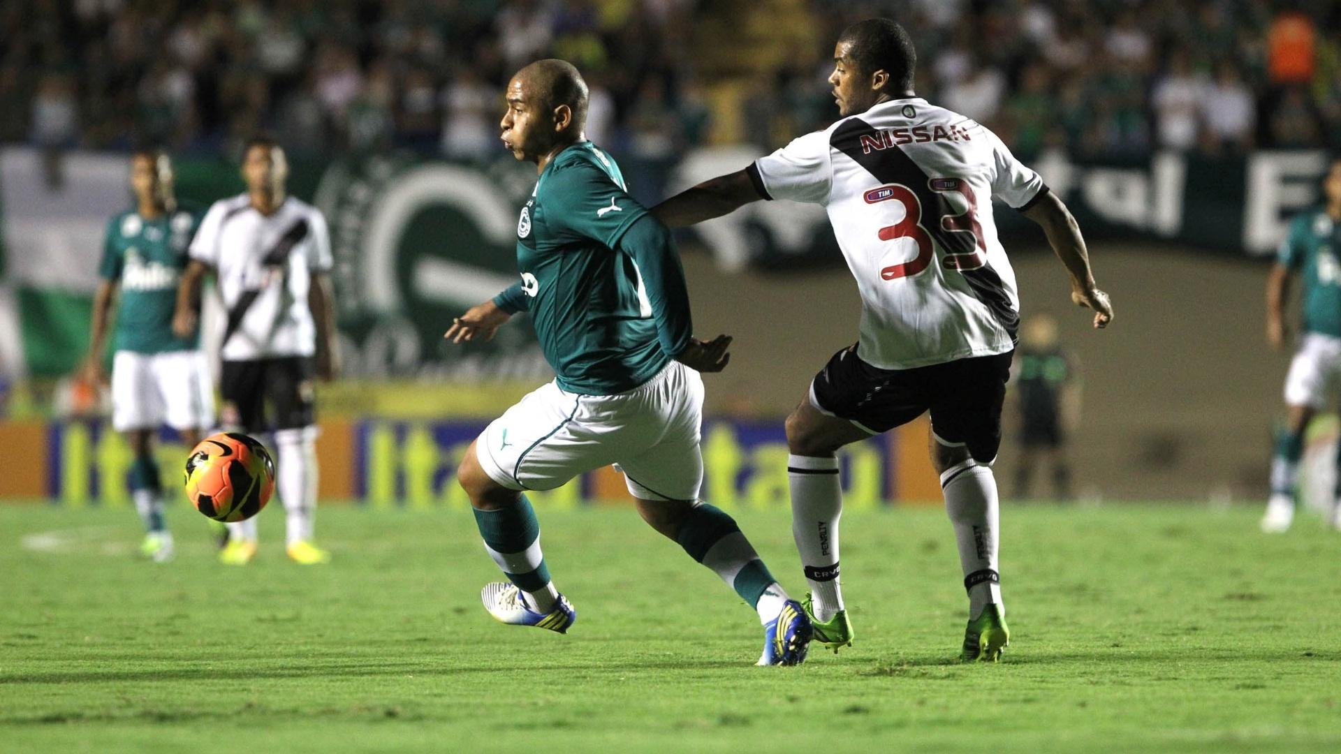 01.08.2013 - Walter marcou pelo Goiás, de pênalti, na partida contra o Vasco