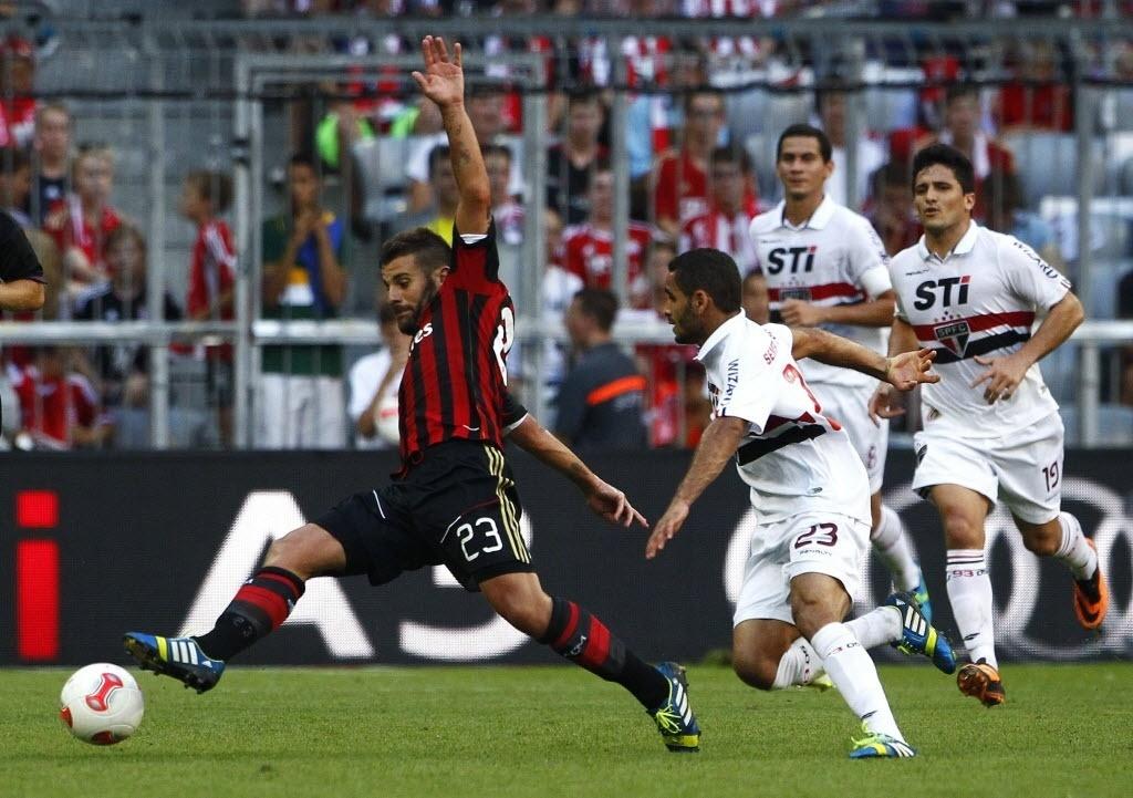 01.ago.2013 - Antonio Nocerino se estica para tentar alcançar a bola na partida entre São Paulo e Milan pela Copa Audi