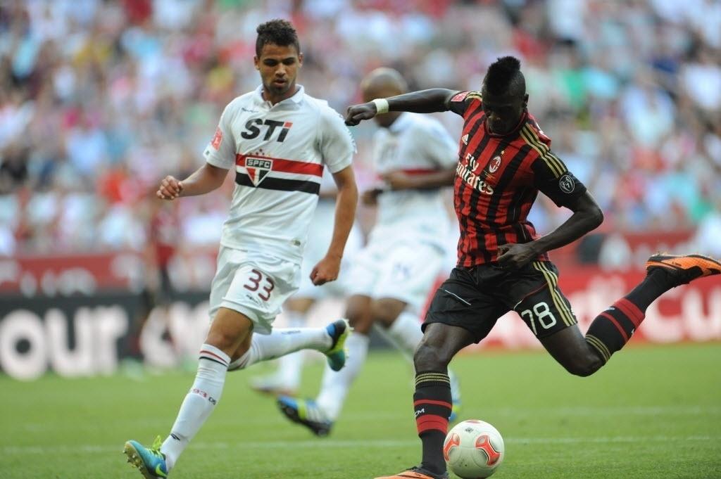 01.ago.2013 - Lucas Silva, do São Paulo, tenta impedir chute de Mbaye Niang, do Milan na disputa de terceiro lugar da Copa Audi
