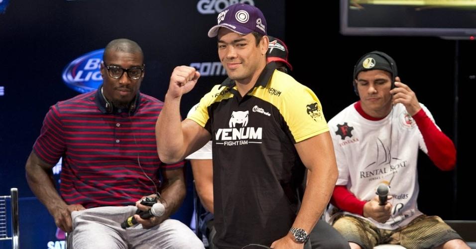 01.ago.2013 - Lyoto Machida acena para a torcida durante a coletiva de imprensa do UFC Rio 4