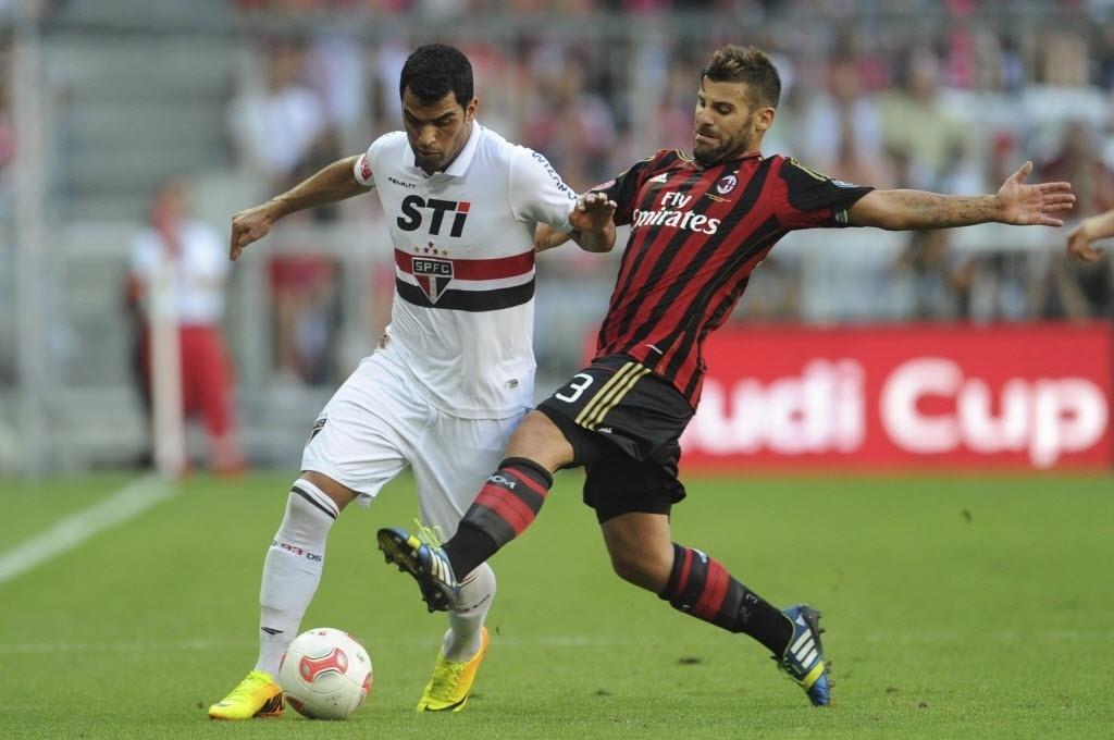 01.ago.2013 - Maicon disputa pela bola com Antonio Nocerino, do Milan, durante jogo da Copa Audi