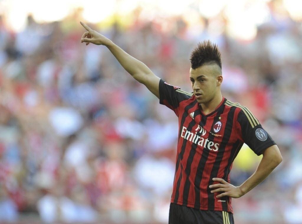 01.ago.2013- El Shaarawy orienta seus companheiros do Milan durante partida contra o São Paulo na Copa Audi