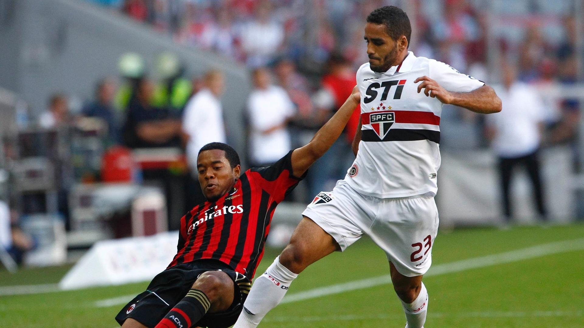 01.ago.2013 - Douglas tenta escapar de carrinho de Urby Emanuelson na partida entre São Paulo e Milan pela Copa Audi