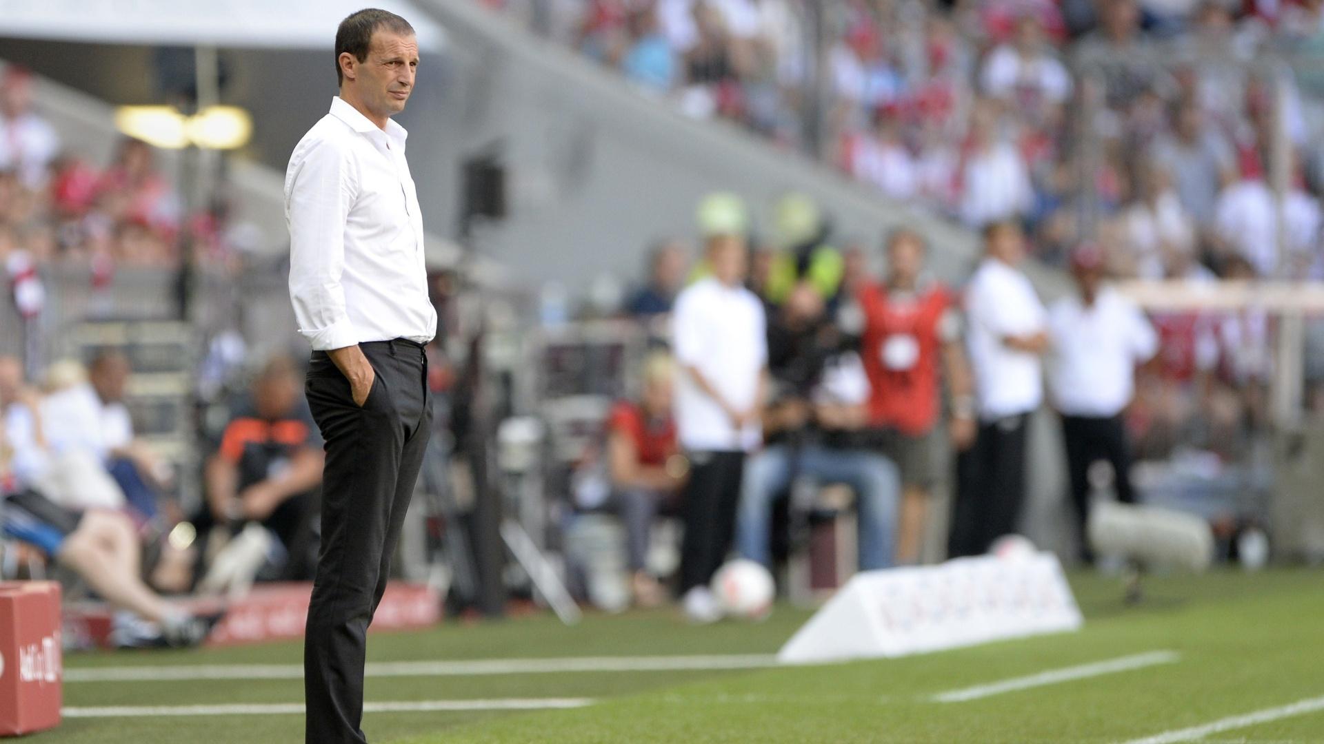 01.ago.2013 - Técnico do Milan, Massimiliano Allegri observa jogo entre o time italiano e o São Paulo, pela Copa Audi